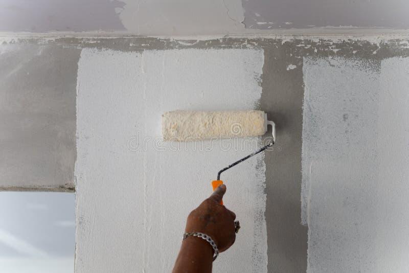 Malende Farbe auf Gebäudewand Ausrüstung für das Tapezieren lizenzfreies stockfoto