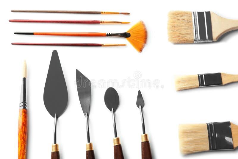 Malende Werkzeuge des Berufskünstlers auf weißem Hintergrund lizenzfreie stockfotos