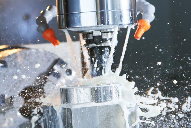 Malenprocédé precisie CNC die door verticale molen met koelmiddel machinaal bewerken stock foto's