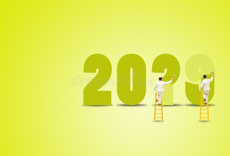 Maler auf Holzleiter und Malwörter für die Umgestaltung von 2019 bis 2020 für die Dekoration im neuen Jahr lizenzfreie stockbilder