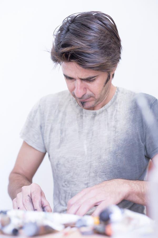 Maler, der eine Skizze - Malereisitzung macht stockfotos