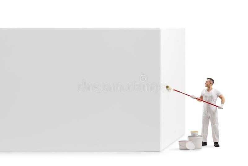 Maler, der eine Wand mit einer Rolle malt lizenzfreie stockbilder