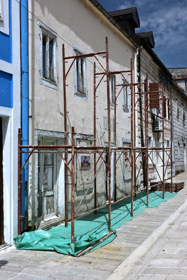 Maler, die an dem Fassadenbaugerüst arbeiten lizenzfreie stockfotos