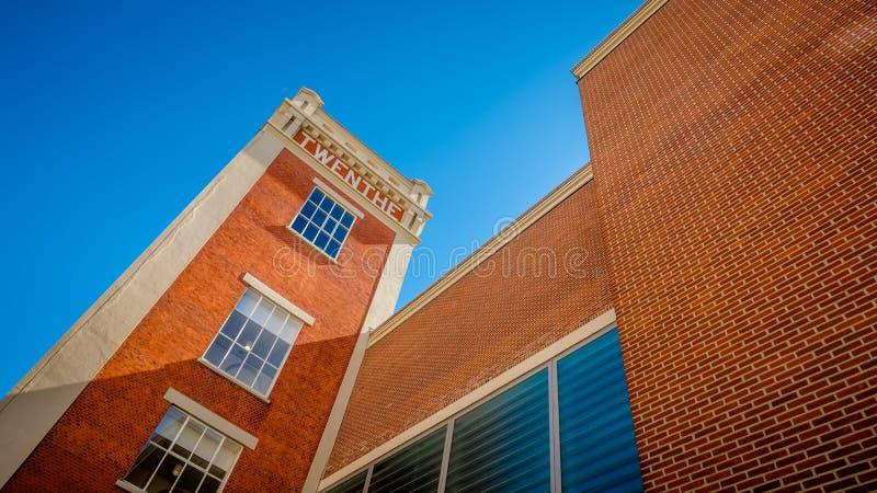 Maler gammal ånga för tornet omformat till vård- mitten för affären och royaltyfri foto