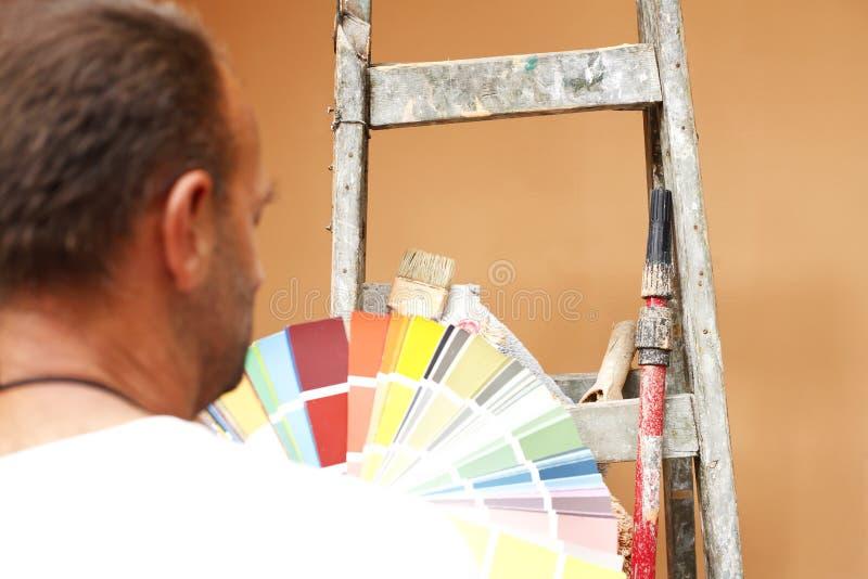 Maler mit Werkzeugen für Arbeit stockfotografie