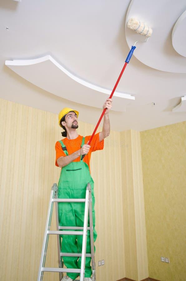 Malerarbeitskraft während seines Jobs stockfotos
