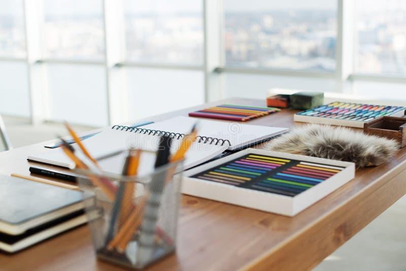 Malerarbeitsplatz in der Seitenansicht der Bestellung Designerschreibtisch mit Zeicheninventar Hauptstudio für Künstler stockfotografie