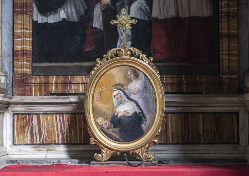 Malerei im ovalen Rahmen eines Engels, der die gesegnete Jungfrau auf einem Altar in San Lorenzo von Lucina, Rom, Italien krönt stockbild