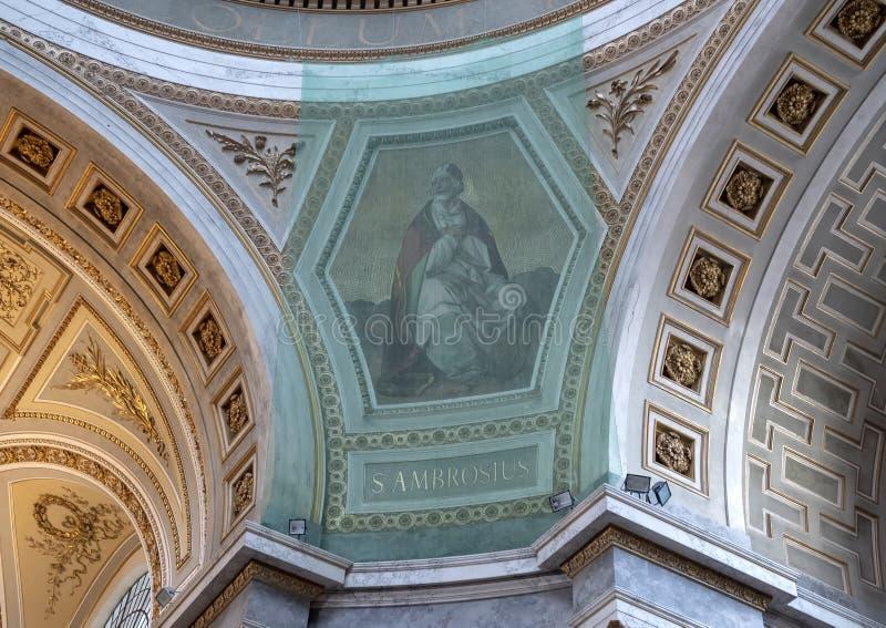 Malerei von St Ambrose schützte sich, indem sie innerhalb der Esztergom-Basilika, Esztergom, Ungarn fing lizenzfreie stockfotografie
