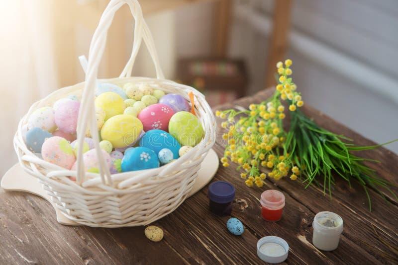 Malereieier für Ostern-Feiertagsfeier Bunte Ostereier und Bürsten auf Holztisch lizenzfreies stockbild