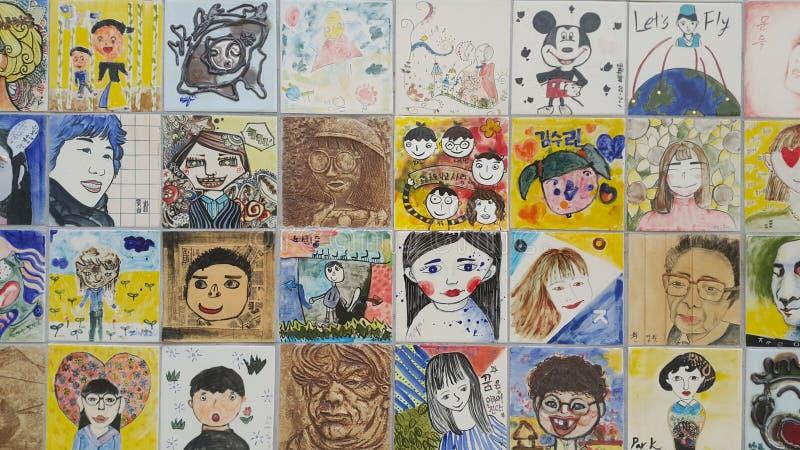 Malereien und gemei?elte Gesichter von Leuten auf der Wand f?r Abhandlung lizenzfreie stockfotos