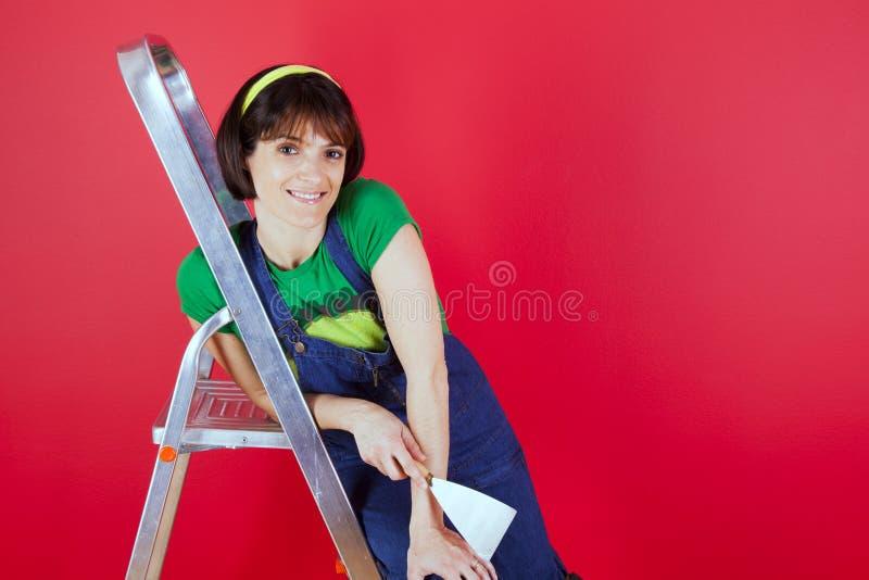 Malereitapete des jungen Mannes mit Malereirolle lizenzfreies stockbild