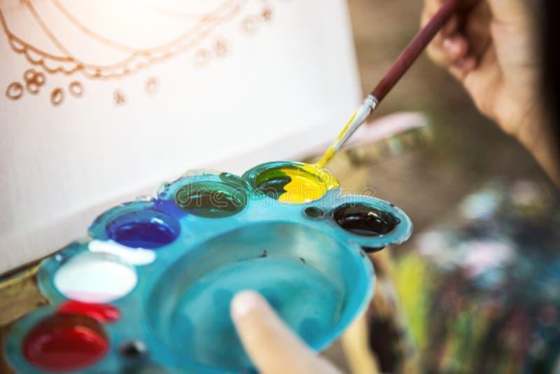 Malereiwasserfarbe mit Bürste und Palette lizenzfreie stockfotos