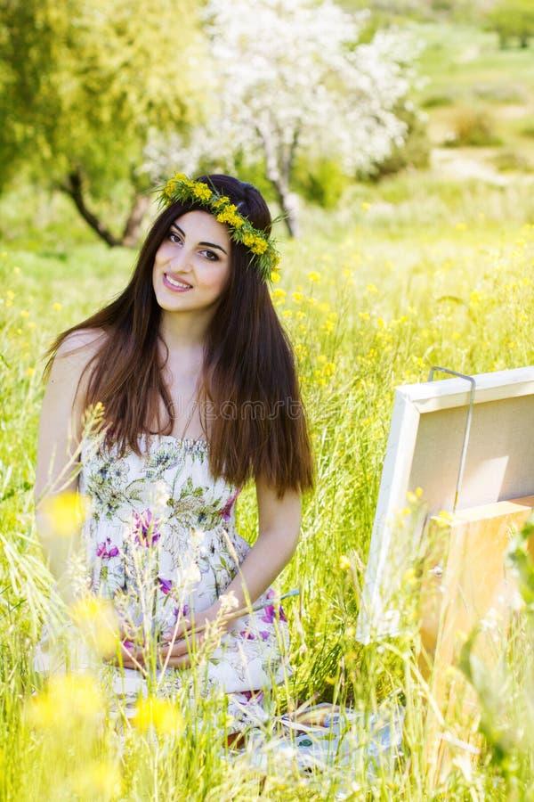 Malerfrau ist schaffen Bild draußen stockfotografie