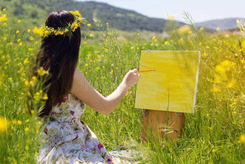 Malerfrau ist schaffen Bild draußen lizenzfreies stockbild