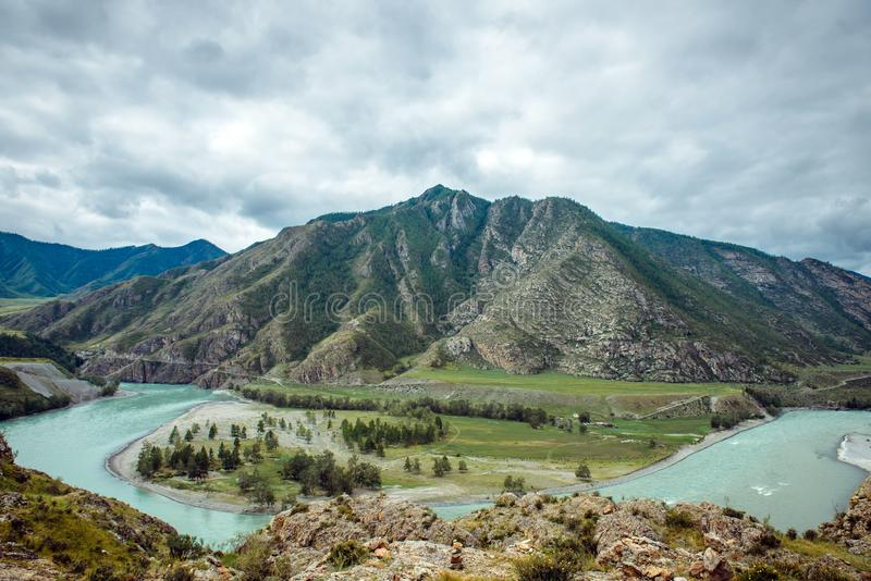 Malerische Ansicht über das Zusammenströmen von zwei Gebirgsflüssen Katun-Fluss und Chuya-Fluss gegen Altai-Berge, Russland lizenzfreie stockfotografie