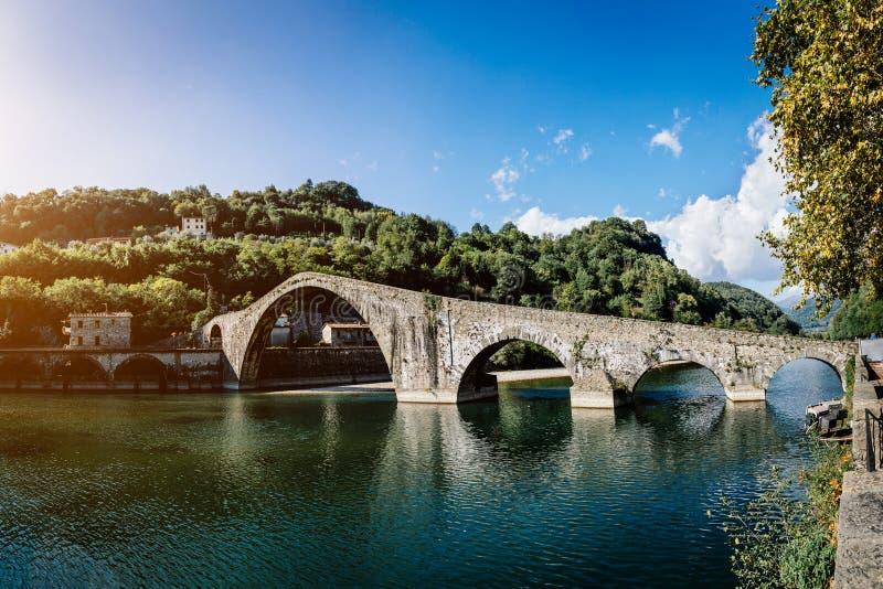 Malerische Ansicht mittelalterlichen Steinbogenbrücke Ponte-della Maddalena über Fluss Serchio in Borgo ein Mozzano, Lucca, Toska lizenzfreie stockbilder