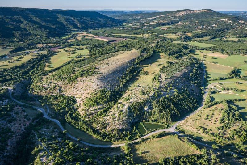 Malerische Ansicht von grünen Hügeln und von bebautem Land von Provence lizenzfreie stockfotos