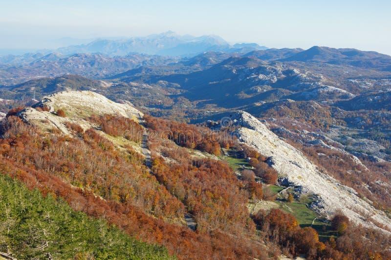 Malerische Berglandschaft an einem sonnigen Herbsttag Montenegro, Nationalpark Lovcen stockfotos