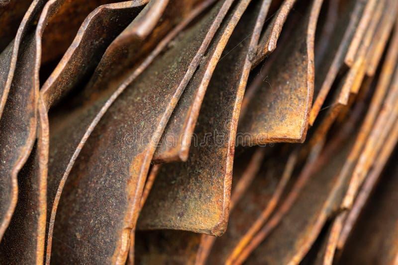 Malerische gebogene Bl?tter des rostigen Metalls Gebogene rostige Bl?tter des Metalls Industrielle Abstraktion lizenzfreies stockfoto