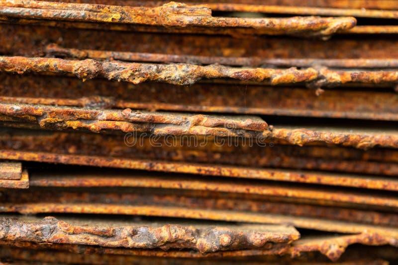 Malerische gebogene Bl?tter des rostigen Metalls Gebogene rostige Bl?tter des Metalls Industrielle Abstraktion stockfoto