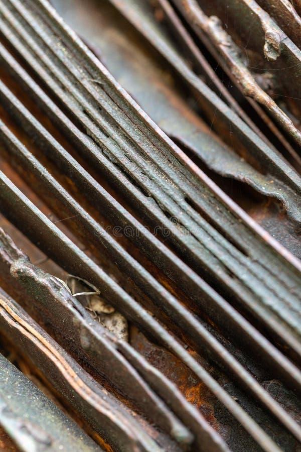 Malerische gebogene Bl?tter des rostigen Metalls Gebogene rostige Bl?tter des Metalls Industrielle Abstraktion stockbilder