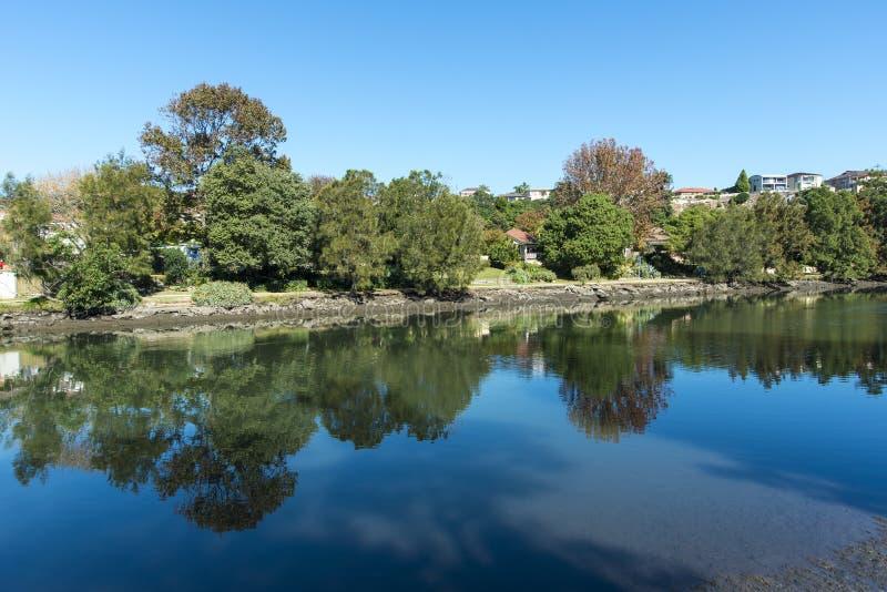 Malerische Herbstlandschaft auf einem Fluss lizenzfreie stockfotografie
