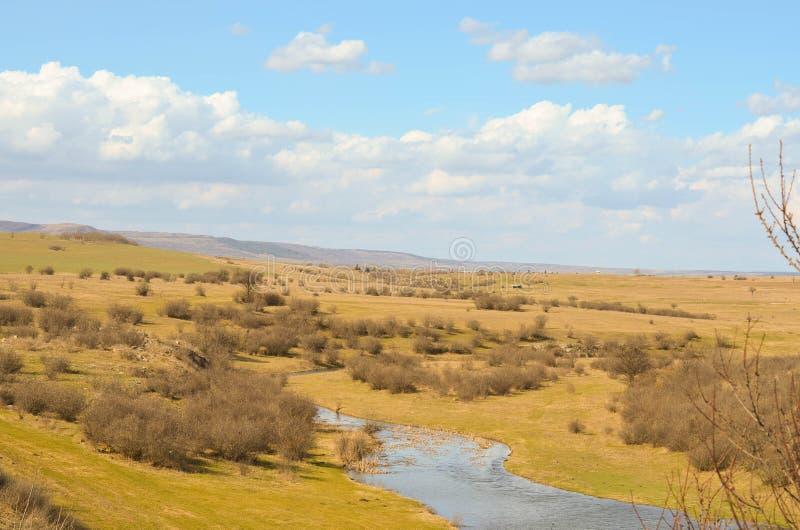 Malerische Herbstlandschaft von Fluss und von blauem Himmel stockfoto