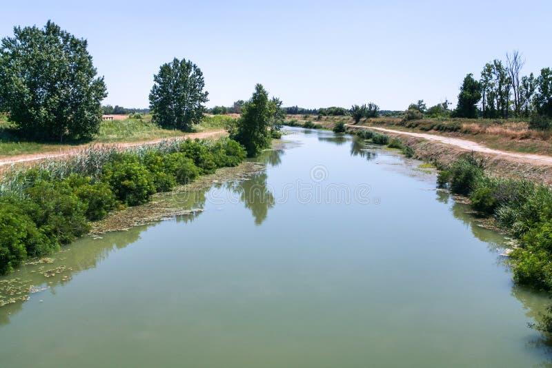 malerische Kanal d'Arles ein Fos in Frankreich stockbild