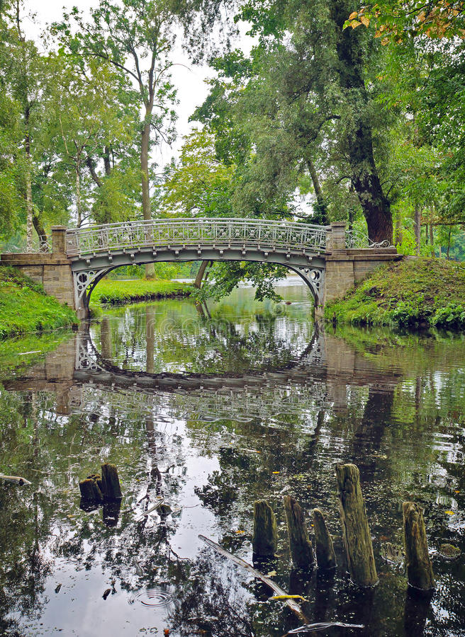 Malerische Landschaft mit alter Brücke über Fluss in den Park in G stockfoto