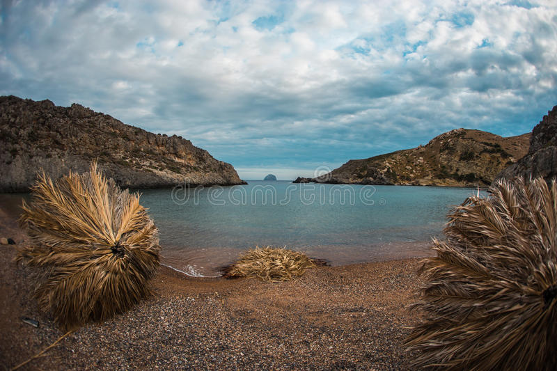 Malerische Seelandschaft mit den Regenschirmen hergestellt von den Palmblättern, KY lizenzfreie stockfotografie