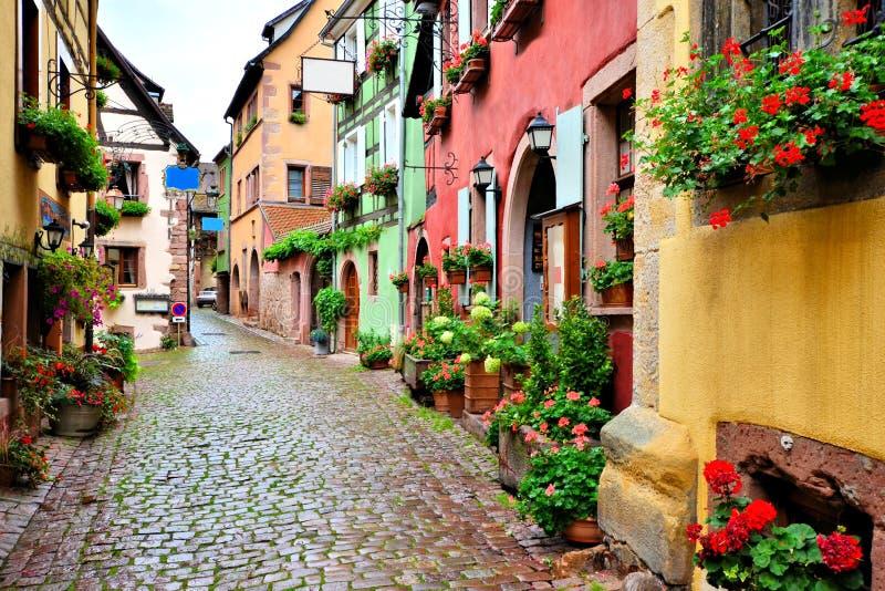 Malerische Straße in Riquewihr, Elsass, Frankreich lizenzfreie stockfotografie