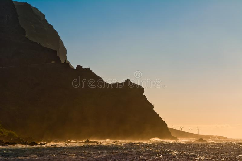 Malerische Windkraftanlagen auf der Atlantikküste auf Sonnenuntergang backgr stockfoto