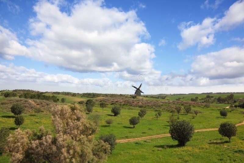 Malerische Windmühle auf Horizont lizenzfreies stockfoto