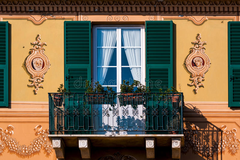 Malerischer Balkon auf dem italienischen Riviera lizenzfreie stockfotos