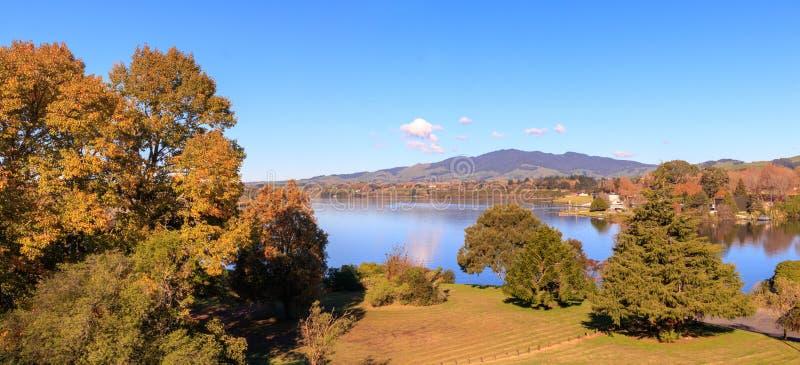 Malerischer Herbstpanoramalandschaft-Karapiro See, Waikato, Neuseeland stockfoto