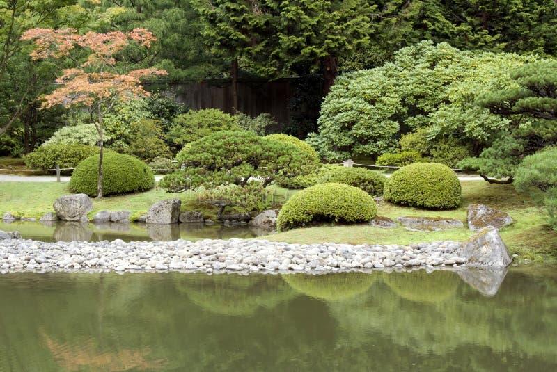 Malerischer japanischer Garten mit Teich stockfotos