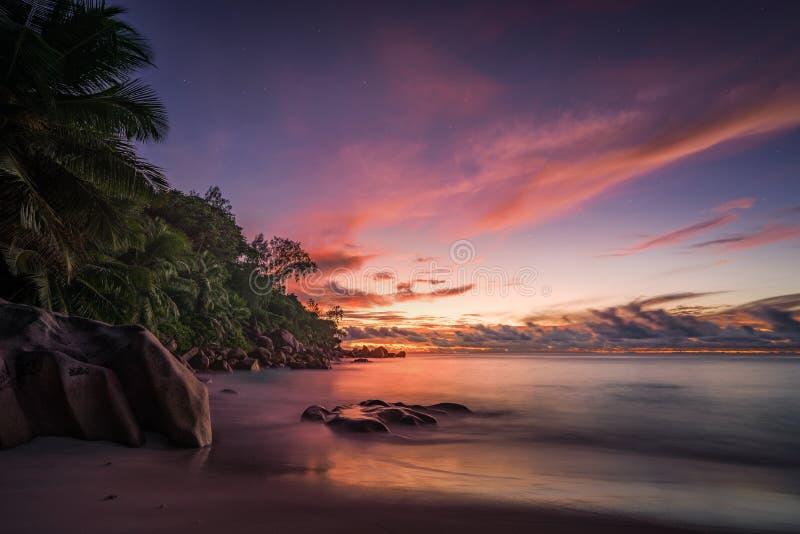 Malerischer roter Himmel nach Sonnenuntergang auf Paradies Strand auf den Seychellen 3 lizenzfreie stockfotografie