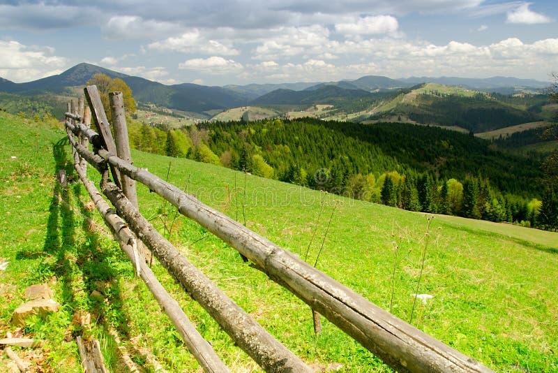 malerischer Zaun im Waldberg Karpaten, Ukraine lizenzfreie stockbilder