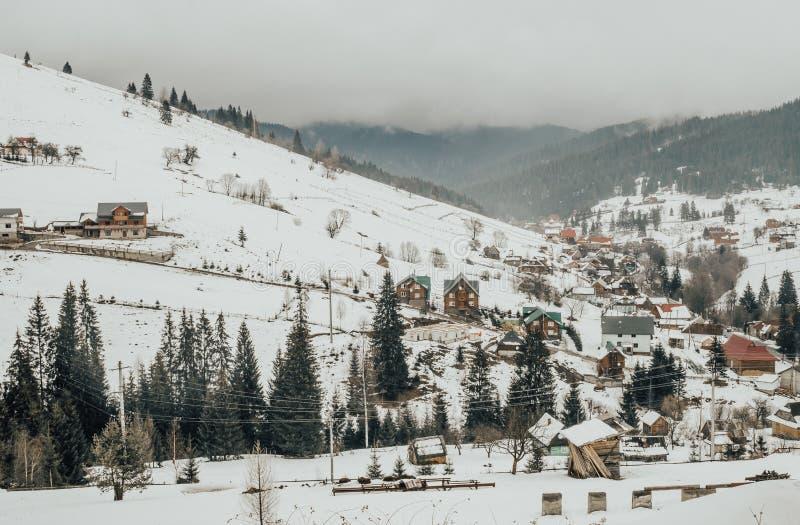Malerisches Panorama eines Dorfs in den Karpatenbergen in Osteuropa Rustikale Winterlandschaft lizenzfreie stockfotografie