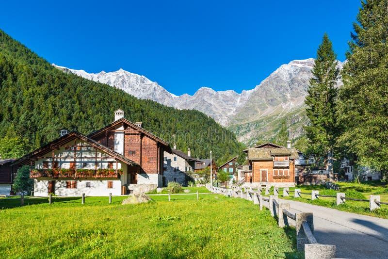Malerisches und charakteristisches alpines Dorf, Italien Macugnaga Staffa, wenig Gebirgstouristisches Dorf stockfotos