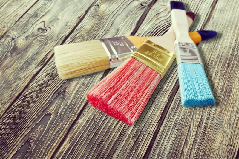 Malerpinsel drei auf Holz stockfotografie