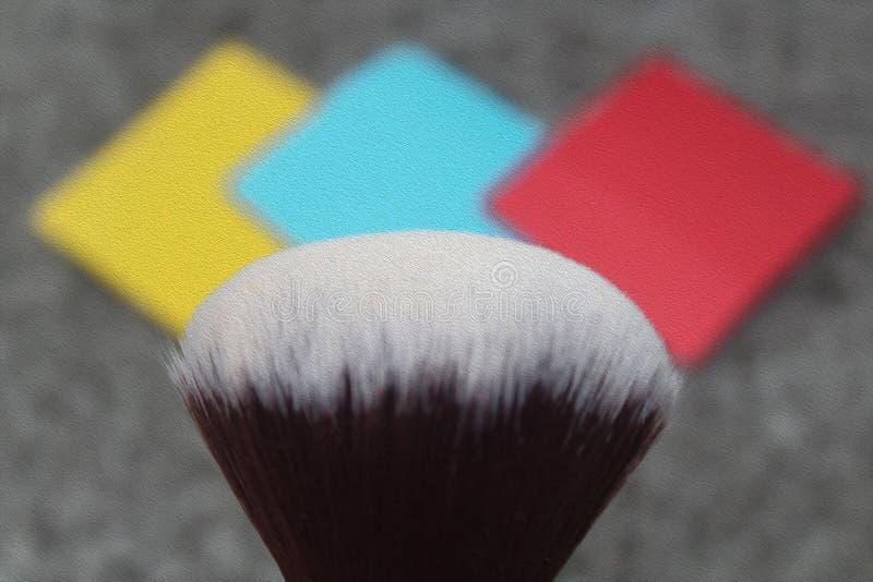 Malerpinsel mit Farben auf Hintergrund lizenzfreie stockfotos