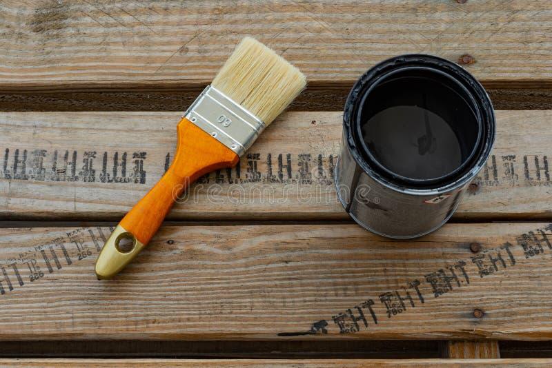 Malerpinsel und Dose mit Farbe für Haupterneuerung stockfotos