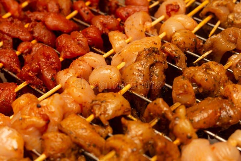 Malet kött av gris, oberedda bitar av fläskkött, kryddig bakgrund, kulinariskt underlag arkivbilder