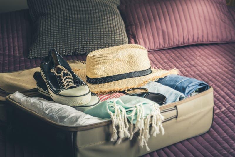 Maleta abierta con la ropa femenina para el viaje Cosas del embalaje foto de archivo libre de regalías