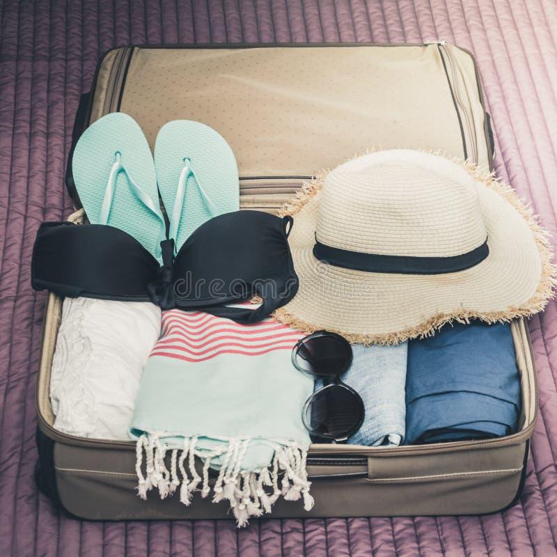 Maleta abierta con la ropa femenina para el viaje Cosas del embalaje fotografía de archivo libre de regalías