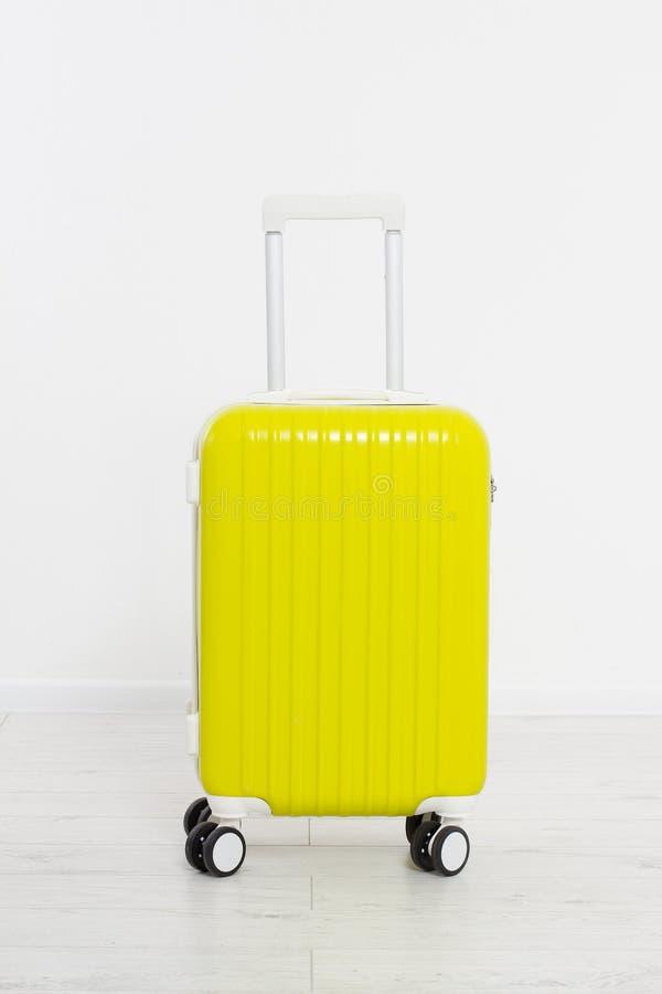 Maleta amarilla en el fondo blanco Vacaciones de verano r Mofa para arriba Copie el espacio modelo blank imagen de archivo