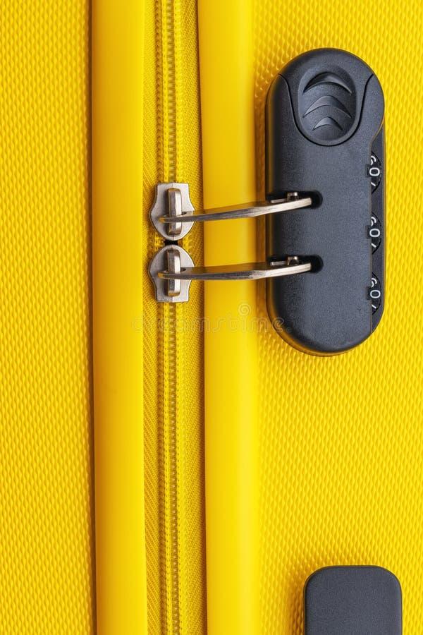 Maleta con el equipaje para el vuelo cerrado Fondo del transporte de la seguridad fotografía de archivo