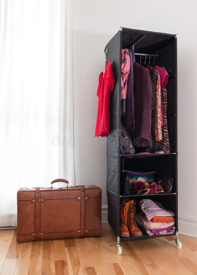 Maleta de cuero y guardarropa móvil con ropa imagen de archivo libre de regalías